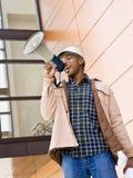 Niedrige Winkelsicht des afrikanischen Bauarbeiters stockbild