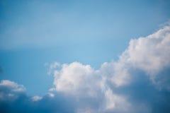 Niedrige Winkelsicht des blauen Himmels Stockfoto