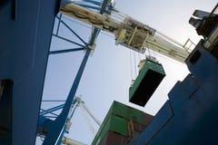 Niedrige Winkelsicht des Dockside-Kranes Lizenzfreie Stockfotos