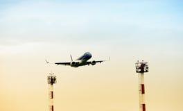 Niedrige Winkelsicht des Flugzeuges Stockbilder