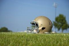 Niedrige Winkelsicht des Football-Helms auf Rasenfläche stockfotografie