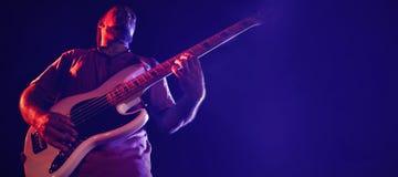 Niedrige Winkelsicht des Gitarristen perfroming Stockbild