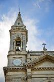 Niedrige Winkelsicht des Glockenturms einer Kathedrale Stockfotos