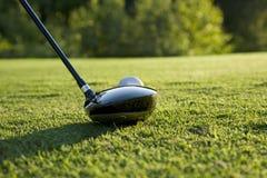 Niedrige Winkelsicht des Golf-Fahrers Ready, zum von einem Balll zu schlagen lizenzfreies stockbild