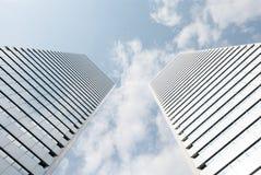 Niedrige Winkelsicht des hohen Wolkenkratzers Lizenzfreie Stockbilder