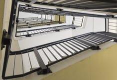 Niedrige Winkelsicht des mehrstöckigen Treppenhausschachts stockfotos