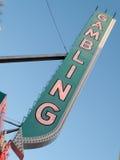 Niedrige Winkelsicht des spielenden Schildes an einem Kasino, Las Vegas, Nev Lizenzfreie Stockbilder