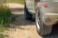 Niedrige Winkelsicht eines Auto-Fahrens auf eine Land-Straße auf Sunny Summer Day Bewegungsunschärfe-Effekt stockfoto