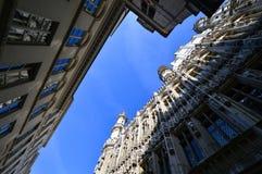 Niedrige Winkelsicht von Brüssel-StadtRathaus bei Grand Place in Brüssel, Belgien Lizenzfreie Stockfotografie