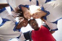 Niedrige Winkelsicht von weiblichen Highschool Fußball-Spielern und von Trainer Having Team Talk stockbilder