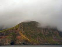 Niedrige Wolke über dem Berg Lizenzfreies Stockbild