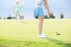 Niedriger Abschnitt der Frau Golf mit Freundin spielend Lizenzfreie Stockfotografie