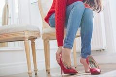 Niedriger Abschnitt der Frau versuchend auf Schuhen im Speicher Lizenzfreies Stockfoto