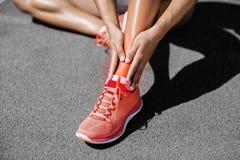 Niedriger Abschnitt der Sportlerin leiden unter den Schmerz auf Bahn stockfoto