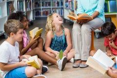 Niedriger Abschnitt des Lehrers mit Kinderlesebüchern stockbilder