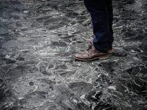 Niedriger Abschnitt des Mannes die intelligenten Lederschuhe tragend, die zuhause auf Marmorboden stehen stockbild