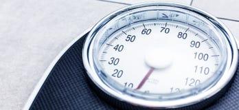 Niedriger Abschnitt des Mannes stehend auf Gewichtsskala stockfotos
