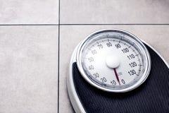 Niedriger Abschnitt des Mannes stehend auf Gewichtsskala stockfotografie