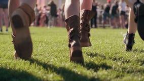 Niedriger Abschnitt von den jungen Leuten, die auf Felder laufen lassen stock video footage
