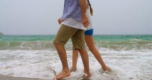 Niedriger Abschnitt von den Paaren Hand in Hand, die an mit dem Strand 4k gehen stock video footage