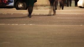 Niedriger Abschnitt von den Pendlern, die eine Straße kreuzen stock footage