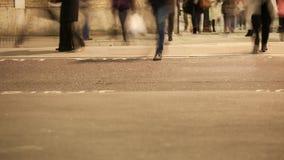 Niedriger Abschnitt von den Pendlern, die eine Straße kreuzen stock video