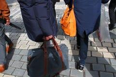 Niedriger Abschnitt von Leuten mit Handtaschen lizenzfreies stockfoto