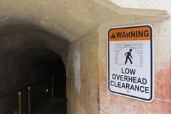 Niedriger Durchfahrtshöhetunnel Stockfotos