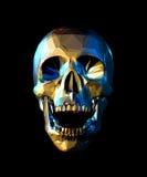 Niedriger Polygoldschädel mit blauer Reflexion auf dunklem Hintergrund Stockbild