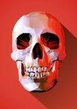 Niedriger Polyschädel mit langem Schatten auf roter furchtsamer Stimmung Stockfotografie