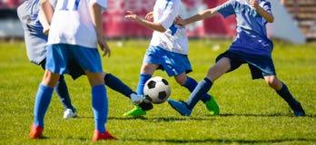 Niedriger Winkel-Bild des Jugend-Fußball-Wettbewerbs mit unscharfem Stadions-Hintergrund stockbild