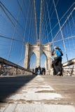 Niedriger Winkel-Brooklyn-Brücke Lizenzfreies Stockfoto