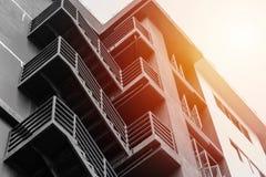 Niedriger Winkel, der braune Farbe mit Sonnenlicht aufbaut Stockfotos