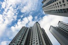 Niedriger Winkel der Gebäude und des blauen Himmels lizenzfreie stockfotografie