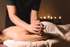 Niedriger Winkel der Nahaufnahme-Badekurortmassage männlicher Massagetherapeut, der eine Rückseite und eine Schultermassage ein j stockbilder