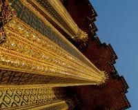 Niedriger Winkel der thailändischen Tempelsäulen Lizenzfreie Stockfotos