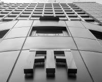 Niedriger Winkel der Turm-Haus-Fassade Lizenzfreie Stockfotos
