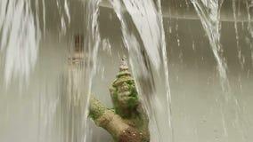 Niedriger Winkel der Zeitlupe der Lippe des künstlichen Wasserfalls stock footage