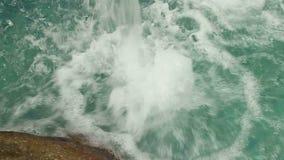 Niedriger Winkel der Zeitlupe der Lippe des künstlichen Wasserfalls stock video