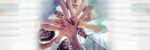 Niedriger Winkel des kreativen Teams und der zusammenfügen Hände und undeutlichen weißen der Gestaltung Lizenzfreies Stockfoto
