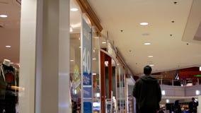 Niedriger Winkel des Leuteeinkaufs stock video