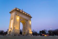 Niedriger Winkel des Triumphbogens Arcul de Triumf in Bukarest, Rumänien, bei Sonnenuntergang, blaue Stunde lizenzfreie stockfotografie