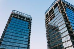 Niedriger Winkel des unfertigen Gebäudes auf einem Hintergrund des blauen Himmels an Stockfotografie