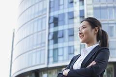 Niedriger Winkel einer jungen Geschäftsfrau Smiling Lizenzfreies Stockfoto