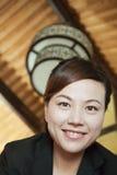 Niedriger Winkel-Porträt einer Geschäftsfrau Smiling, Nahaufnahme Stockfoto