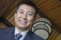 Niedriger Winkel-Porträt eines Geschäftsmannes Smiling, Nahaufnahme Lizenzfreies Stockbild