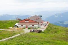 Niedriges Tatras, Slowakei - Juli 2018: Touristen, die nahe touristischem Haus auf Chleb-Berg in niedrigem Tatras, Slowakei wande lizenzfreies stockbild