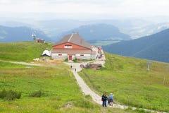 Niedriges Tatras, Slowakei - Juli 2018: Touristen, die nahe touristischem Haus auf Chleb-Berg in niedrigem Tatras, Slowakei wande stockfoto
