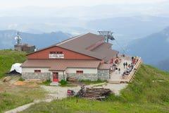 Niedriges Tatras, Slowakei - Juli 2018: Touristen, die nahe touristischem Haus auf Chleb-Berg in niedrigem Tatras, Slowakei wande stockfotografie