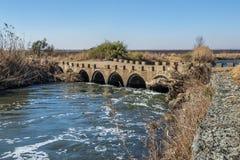 Niedrigwasserbrücke mit einer gabion Stützmauer Lizenzfreies Stockfoto